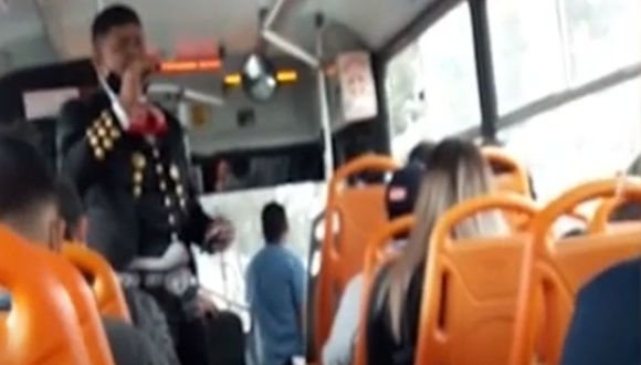 Cantante subió a bus para ganarse la vida, pero no consideró que estaba exponiendo al peligro a los pasajeros
