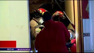 Derrumbe de cerro deja dos personas atrapadas en una vivienda de Chorrillos