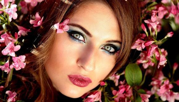 Delinea tus ojos con un  color claro, para que la luz consiga un efecto de ojos más abiertos. (Foto: Pixabay)