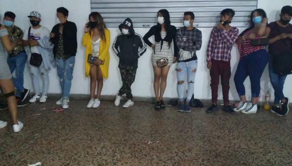 Jóvenes, todos mayores de edad, fueron sorprendidos en 'fiesta Covid', en Comas. | Foto: Difusión.
