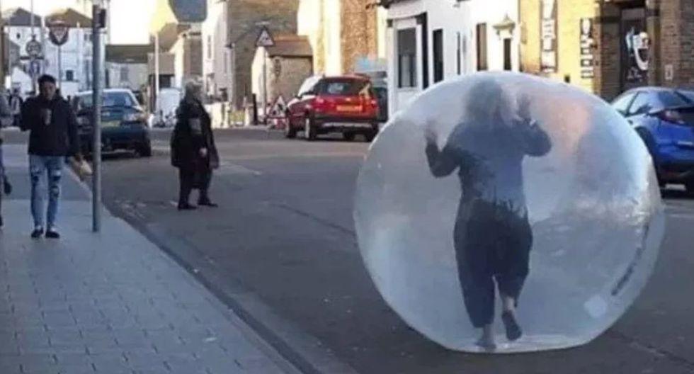 Mujer hace compras dentro de pelota inflable para 'evitar' contagio | Coronavirus Reino Unido [VIDEO]
