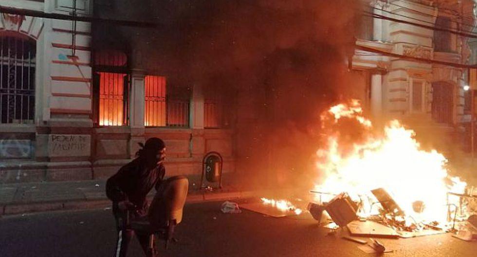 """Incendian el edificio de """"El Mercurio"""" en Valparaíso, informó el periódico chileno. (Foto: Twitter)"""