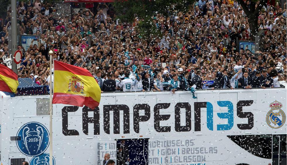 Jugadores recorren las principales calles de Madrid festejando una nueva Champions League.