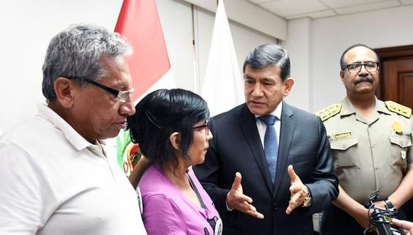 Ministro Carlos Morán se reunió con los padres Solsiret Rodríguez y anunció investigación a policías por el asesinato de la activista. (Foto: Mininter)