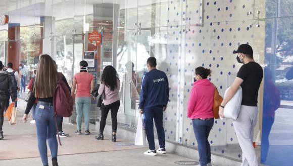 El ingreso a los centros comerciales se hacen bajo el cumplimiento de medidas de bioseguridad. (GEC)