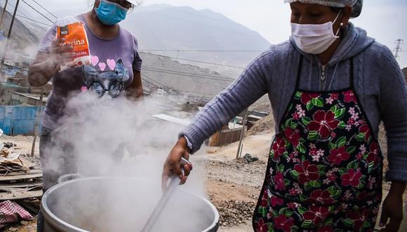 Los vecinos del asentamiento humano preparan una olla común ante la crisis económica que afrontan por la pandemia del coronavirus. (Foto: Municipalidad de Lima)