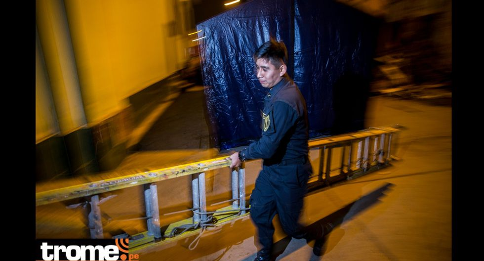 Suboficial PNP Carlos Huando Noel (25), cogió escalera y subió hasta segundo piso de caso para rescatar atrapados. (Foto: Andrés Paredes)