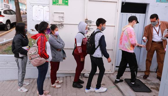 Estudiantes de nivel secundaria se forman para ingresar a sus aulas, en una escuela en la Ciudad de México. (Foto referencial: EFE/Carlos Ramírez)