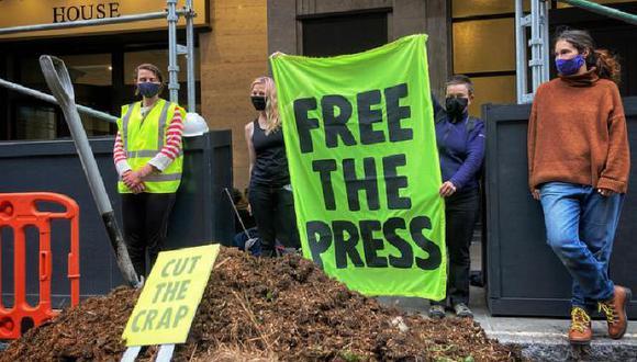 Un pequeño monte de estiércol y una pancarta que dice 'Free The Press' se puede leer afuera de las oficinas del Daily Mail en Londres. ( Foto: Extinction Rebellion)