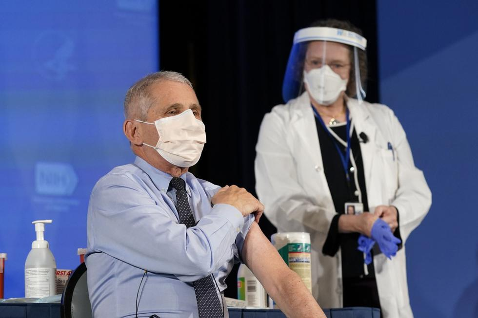 El inmunólogo Anthony Fauci, asesor del gobierno de Estados Unidos, fue vacunado contra el covid-19 junto con otros altos funcionarios y seis trabajadores de la salud en un evento en los Institutos Nacionales de Salud transmitido en vivo.