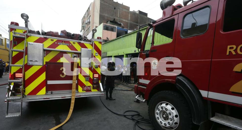 Reportan voraz incendio en galería de Mesa Redonda. Foto: Trome / Mario Zapata