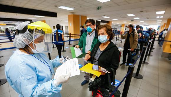 En el caso de los menores de edad y de los mayores de 65 años, en la declaración jurada se asumen el compromiso de realizar cuarentena al llegar a su destino. (Foto: Andina)