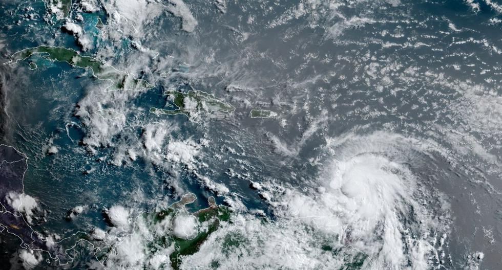 Esta imagen de satélite proporcionada por la Administración Nacional Oceánica y Atmosférica muestra al huracán Elsa moviéndose sobre Barbados, el viernes 2 de julio de 2021. (NOAA/NESDIS/STAR GOES/AP).