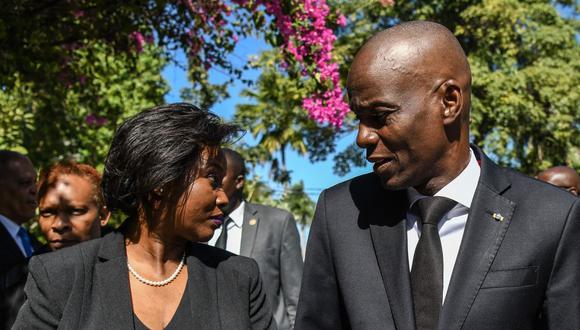 En esta foto de archivo, el presidente de Haití, Jovenel Moise (derecha), llega con la primera dama Martine Moise (izquierda) para la ceremonia oficial en Puerto Príncipe, el 12 de enero de 2020. (CHANDAN KHANNA / AFP).