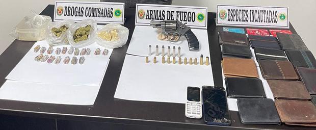 Cayo vendiendo marihuana y PBC, además tenía un revólver, tarjetas bancarias y billeteras (PNP)