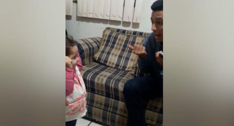 Ella quería hablarle, y en vista de que sabía que su progenitor es sordo, no dudó en emplear las señas que ha aprendido para poder comunicarse con él. (Facebook: Lupita Padilla)