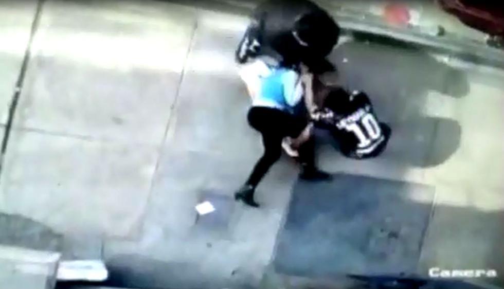 El estremecedor instante en el que joven es abordada por dos sujetos que la tumban al suelo para robarle