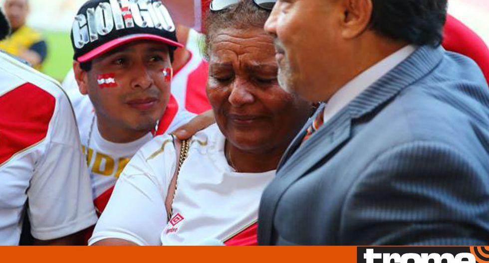Doña Peta lloró por Paolo Guerrero en el Estadio Nacional