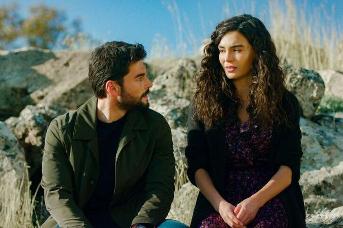Akın Akınözü y Ebru Şahin, interprentando a Miran y Reyyan (Foto: Mia Yapım)