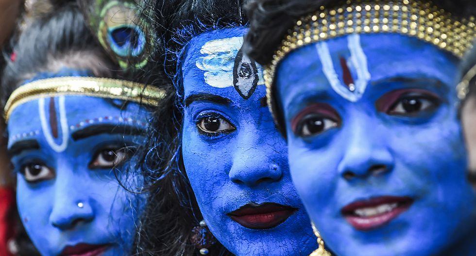 Estudiantes disfrazados de dioses hindúes, Lord Krishna y Lord Shiva, participan en un evento cultural en su escuela en Mumbai el 21 de agosto de 2019. (INDRANIL MUKHERJEE / AFP)