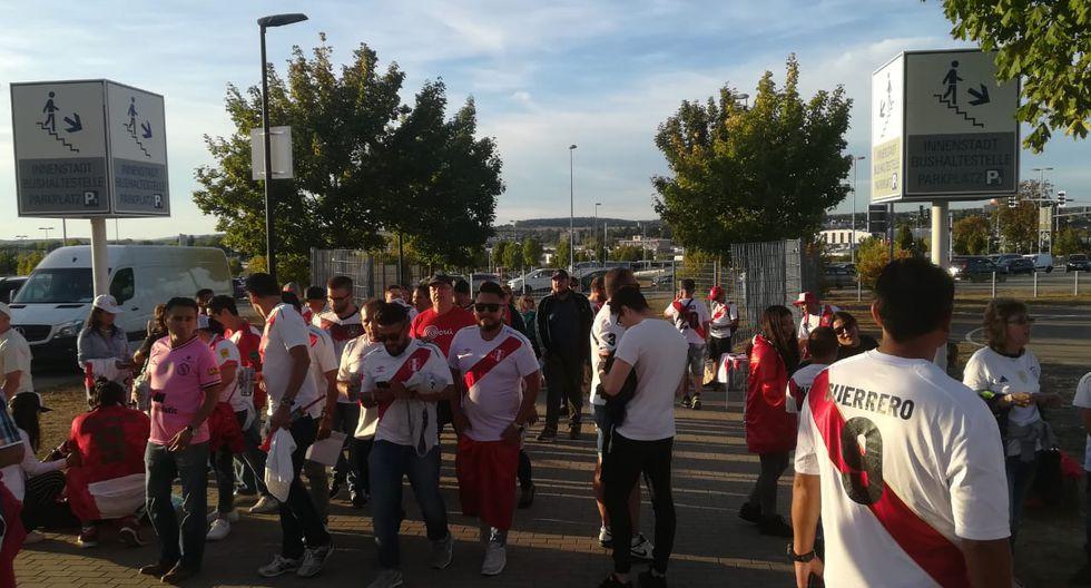 Hinchas le dieron color a amistoso entre Perú y Alemania
