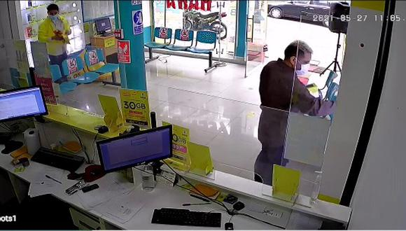 Dos hombres armados tomaron por asalto una tienda de venta de celulares 'Bitel', amarraron con precinto de seguridad a un trabajador y lo metieron a un baño, en La Victoria.