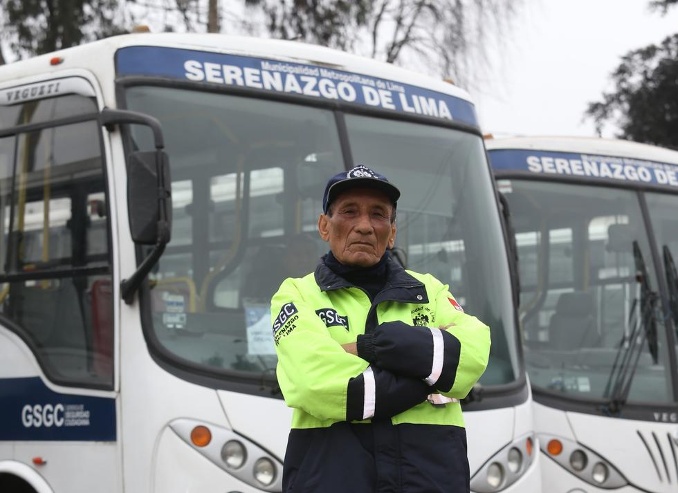 Sereno de 85 años no quiere jubilarse y con lo que gana ayuda a sus nietos y bisnietos