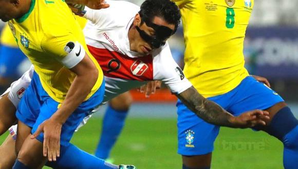 Gianluca Lapadula y la máscara que impresionó en semifinales (Foto: AP)