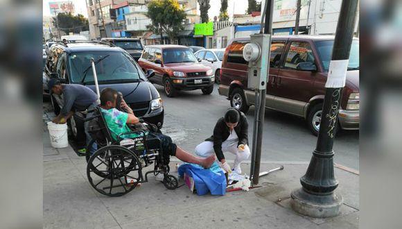 El hombre, en situación de calle, tenía una herida en el pie y la profesional no dudó en prestarle ayuda. (Foto: Facebook/Fher Ibarra)