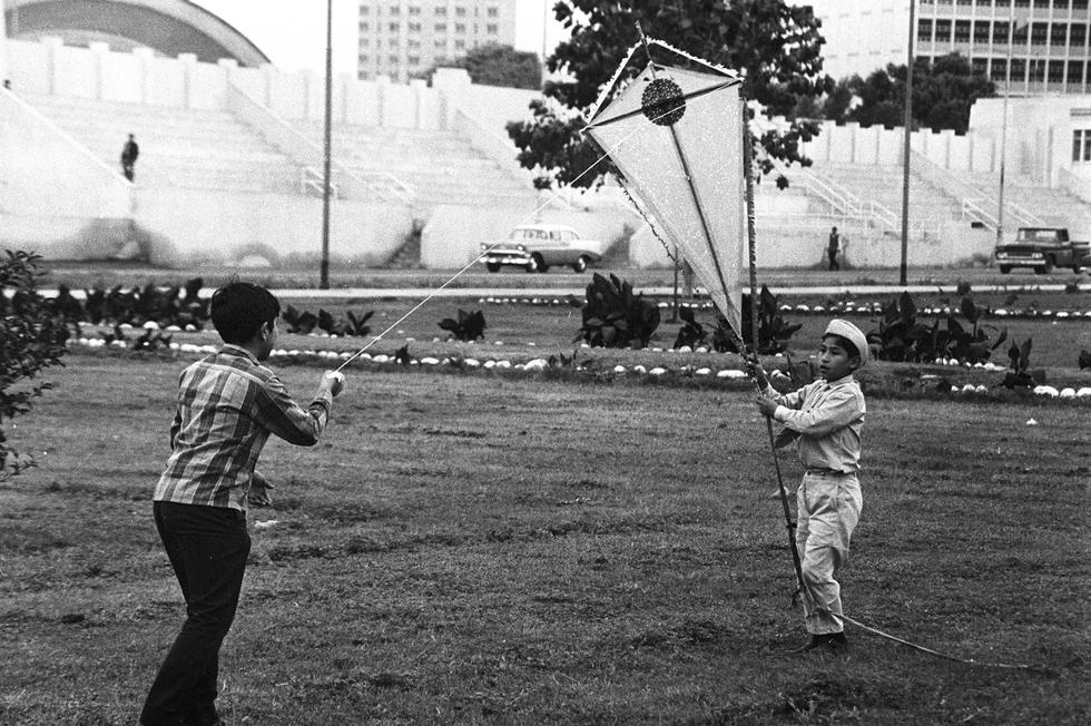 En la década del 70 las vacaciones escolares de medio año, que se iniciaban a fines de julio y se prolongaban hasta quincena de agosto, era la época propicia para volar cometas. (Foto: GEC Archivo Histórico)