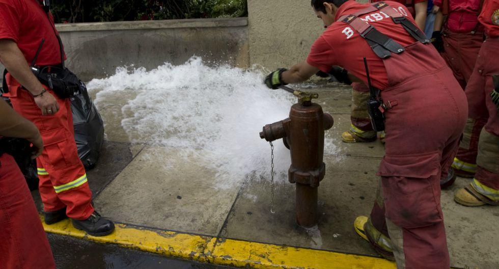 Sedapal incrementa presión de agua en hidrantes de la zona para ayudar a los bomberos