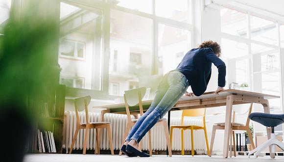 Según la especialista, las pausas activas, también conocidas como gimnasia laboral, son rutinas cortas, de aproximadamente cinco a diez minutos, en las que se realizan ejercicios durante la jornada de trabajo. (Getty Images)