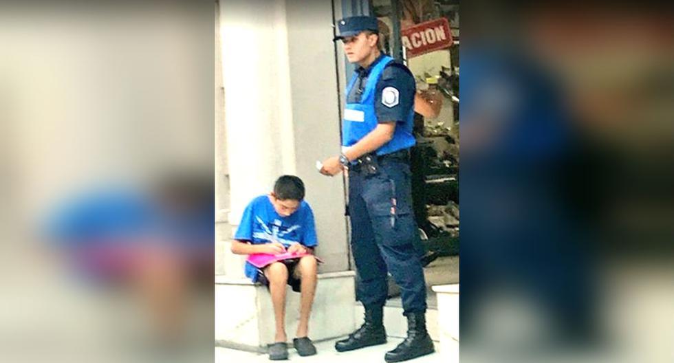 Policía ayuda a niño a estudiar y se vuelve viral en Facebook