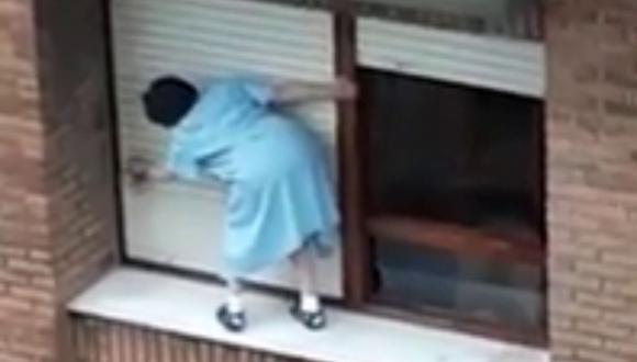 La mujer no se mostró nerviosa durante su faena de limpieza. (Foto: La Dos | YouTube)