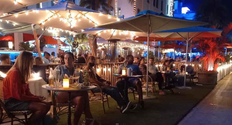 Imagen de decenas de personas en Ocean Drive, Miami Beach (EEUU). (EFE/ Álvaro Blanco).