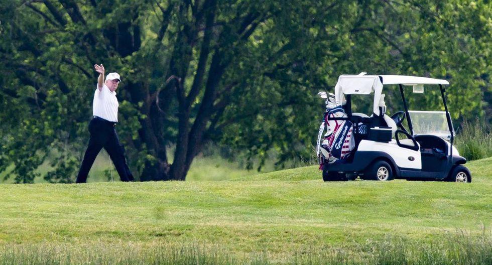 Donald Trump hace un saludo en el Trump National Golf Club en Sterling, Virginia (Estados Unidos). (EFE/EPA/JIM LO SCALZO).