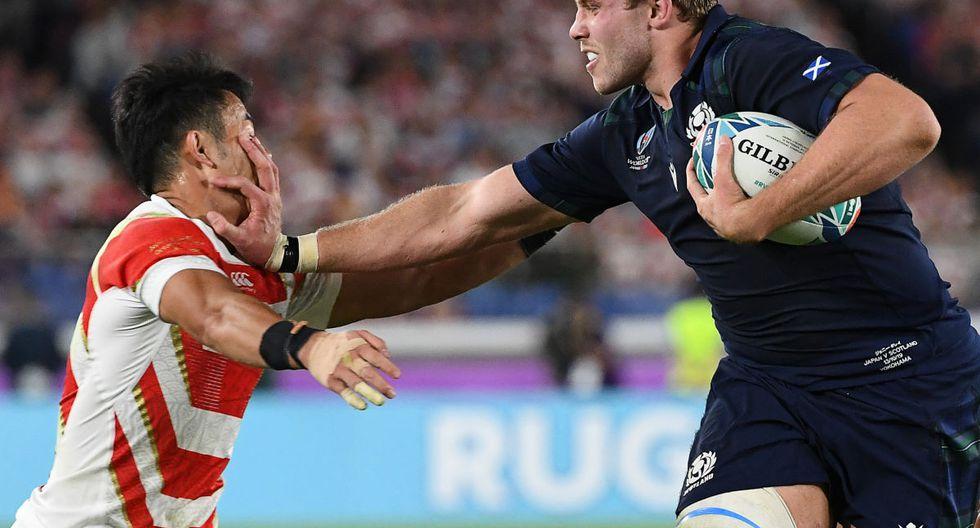 Jonny Gray, de Escocia, se defiende de un jugador de Japón durante la Copa Mundial de Rugby de Japón 2019. (William West / AFP)