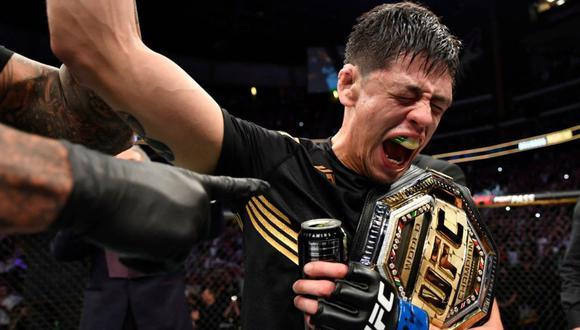 Brandon Moreno celebra la conquista del título de peso mosca del UFC. (Getty)