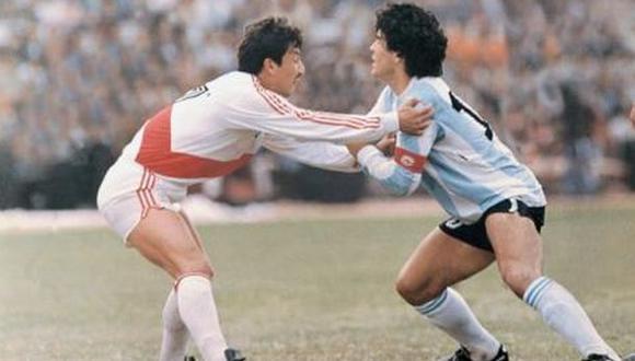 Lucho Reyna vs. Diego Maradona. Un clásico de los duelos entre Perú y Argentina.