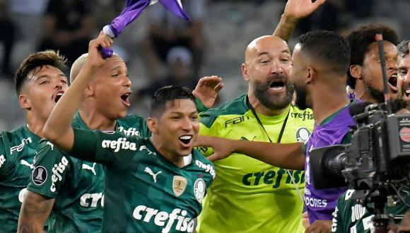 Palmeiras' players celebrate after their team qualified for the Copa Libertadores final match, at the Mineirao stadium in Belo Horizonte, Brazil, on September 28, 2021. (Photo by WASHINGTON ALVES / POOL / AFP)