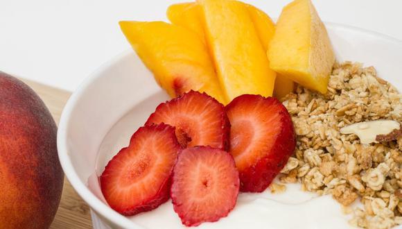 El yogur griego posee un bajo nivel de lactosa y azúcar. (Foto: StockSnap / Pixabay)