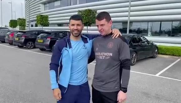 Sergio Agüero y Ally Marland, utilero de Manchester City que ganó la camioneta del jugador. (Foto: Captura)