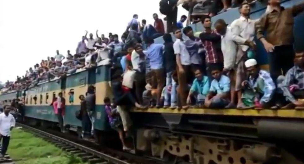 Miles de personas arriesgan sus vidas al viajar en trenes de la India.