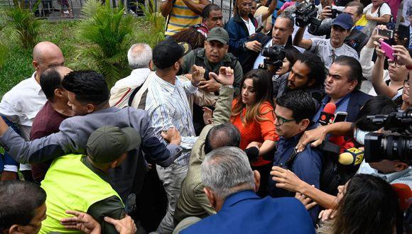 Venezuela: Prensa ingresa por fuerza al Parlamento tras impedimento policial. (Foto: AFP / Video: EFE)