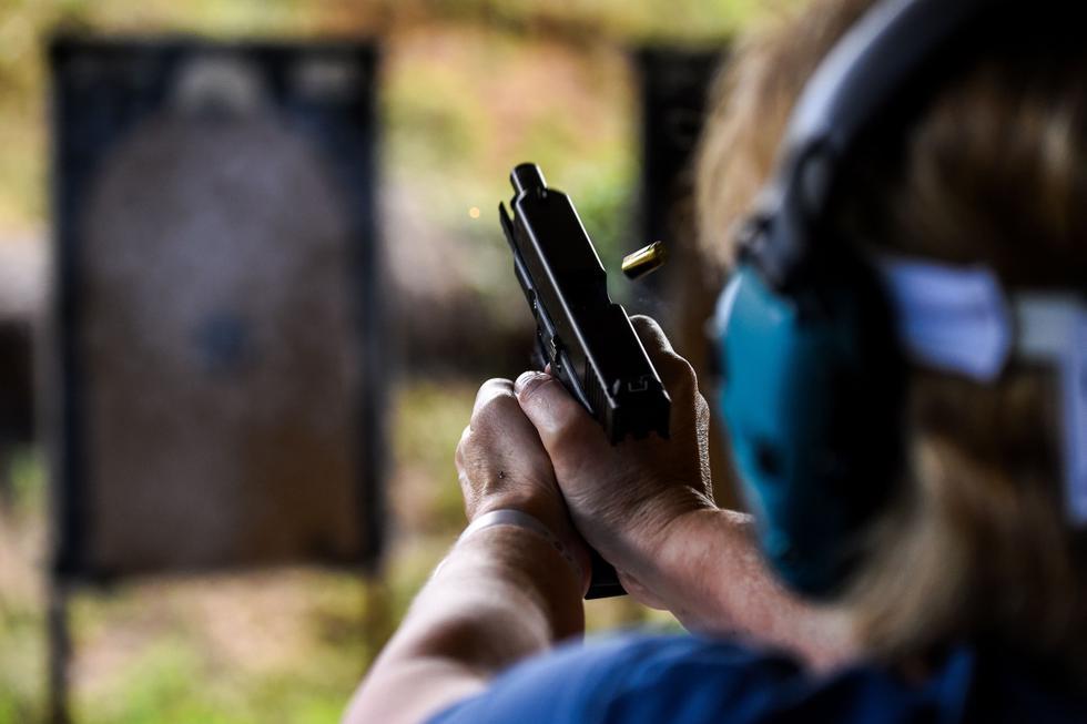 Una persona dispara una pistola durante un curso en la Academia de Armas de Fuego Boondocks en Jackson, Mississippi, el 26 de septiembre de 2020. (AFP / CHANDAN KHANNA).