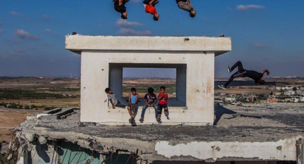 El fotógrafo Emad Nassar subió a su cuenta de Instagram los juegos que realizan los niños en Palestina. Una gran sonrisa pese a la adversidad.
