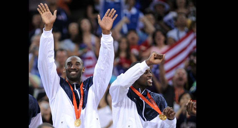 USA's Kobe Bryant (L) and USA's Dwyane Wade celebrate on the podium after the men's basketball gold medal match of the Beijing 2008 Olympic Games on August 24, 2008 at the Olympic basketball Arena in Beijing. The United States won the Olympic men's basketball gold medal defeating Spain 118-107. Argentina defeated Lithuania 87-75 in the bronze-medal game.  AFP PHOTO / FILIPPO MONTEFORTE (Photo by FILIPPO MONTEFORTE / AFP)