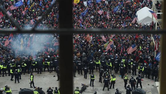 La policía contiene a los partidarios del presidente de Estados Unidos, Donald Trump, mientras se reúnen frente al Capitolio de Estados Unidos en Washington. (Foto de Olivier DOULIERY / AFP).