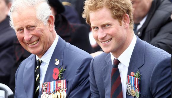 El príncipe Carlos y su hijo  Harry en una imagen de archivo de abril del 2015. (Foto: ADEM ALTAN / AFP).