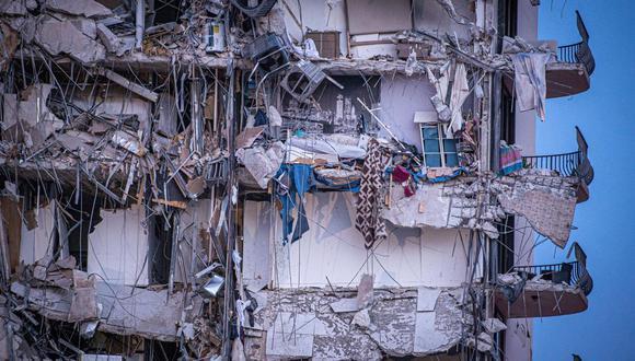 Vista exterior del edificio de 12 pisos derrumbado parcialmente cerca de 88th Street y Collins Avenue, en la ciudad de Surfside, al norte de Miami Beach, Florida. (EFE/ Giorgio Viera).